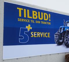 Banner lavet af William Skilte, med blå baggrund og gul skrift