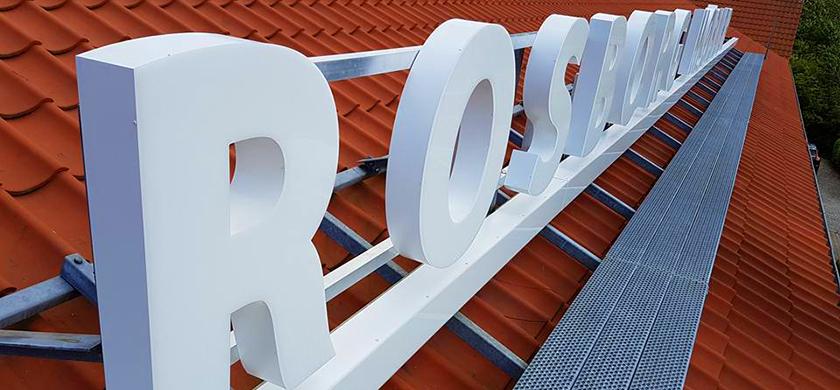 Lysskilte kan også placeres på taget, som der ses på billedet her.